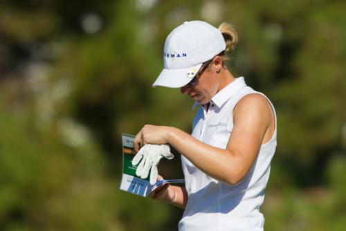 Sophie Walker of England checks her Green Book-g
